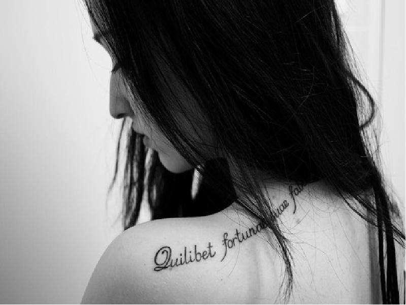 Тату для девушек надписи на плече