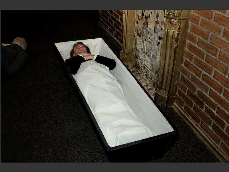 Зар  нельзя ни в коем случае класть фото живого человека в гроб.